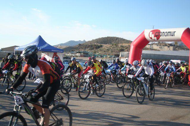 Cerca de 200 ciclistas participan en el I Bike Maratón Fenicio, Foto 3