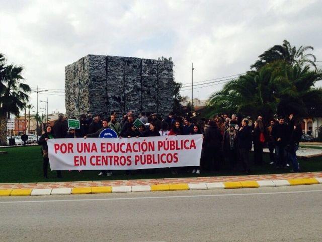 CCOO Enseñanza ha estado hoy presente en la concentración en Alhama de Murcia en defensa de la Escuela pública y contra la concertación de nuevas unidades escolares, Foto 1