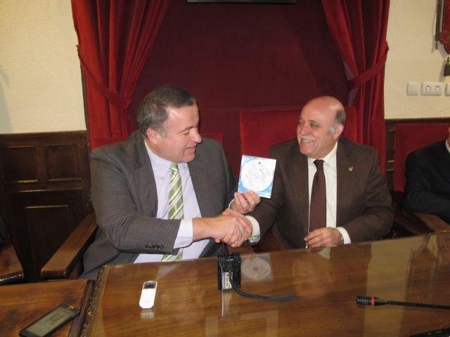 Bernabé entrega al alcalde de Mula la información cartográfica de la localidad - 1, Foto 1