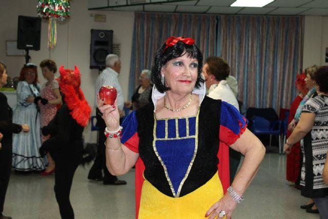 Los mayores celebran el Carnaval con disfraces y regalos, Foto 2