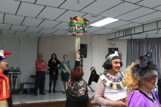 Los mayores celebran el Carnaval con disfraces y regalos, Foto 5