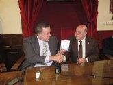 Bernabé entrega al alcalde de Mula la información cartográfica de la localidad
