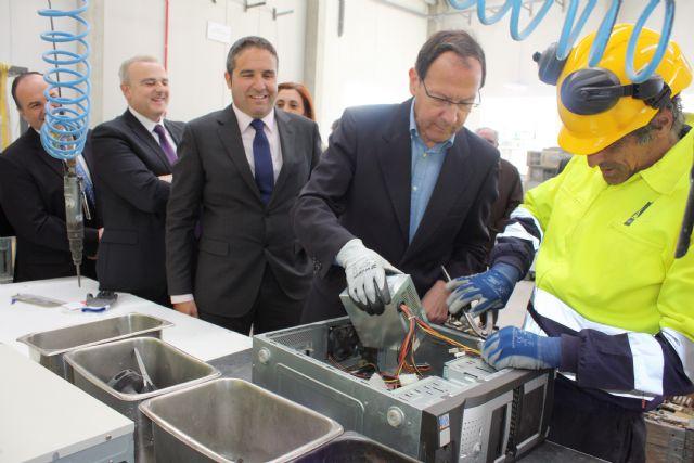 El Alcalde inaugura la primera planta de la región para el tratamiento de residuos electrónicos - 1, Foto 1