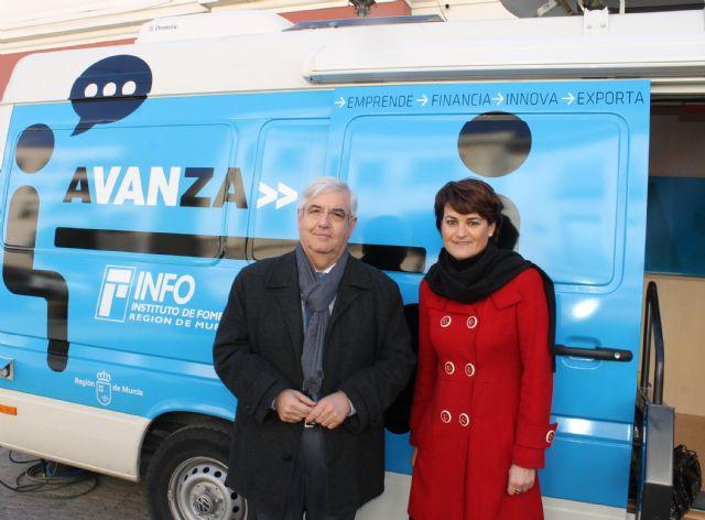 Numerosas empresas se asesoran ayer en la InfoMovil que visitó Jumilla - 1, Foto 1