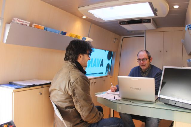 Numerosas empresas se asesoran ayer en la InfoMovil que visitó Jumilla - 2, Foto 2