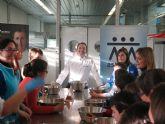 Taller de cocina en el CCT para niños de la Asociación Asteamur