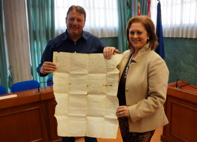 El Ayuntamiento deposita en el Archivo de la Región de Murcia la carta de venta del señorío de Ceutí del siglo XIV - 1, Foto 1