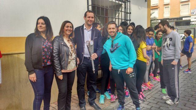 Los alumnos participantes en las I Olimpiadas del Colegio El Ope pasean la antorcha olímpica por las principales arterias de Archena - 1, Foto 1