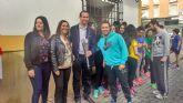 Los alumnos participantes en las I Olimpiadas del Colegio El Ope pasean la antorcha olímpica por las principales arterias de Archena