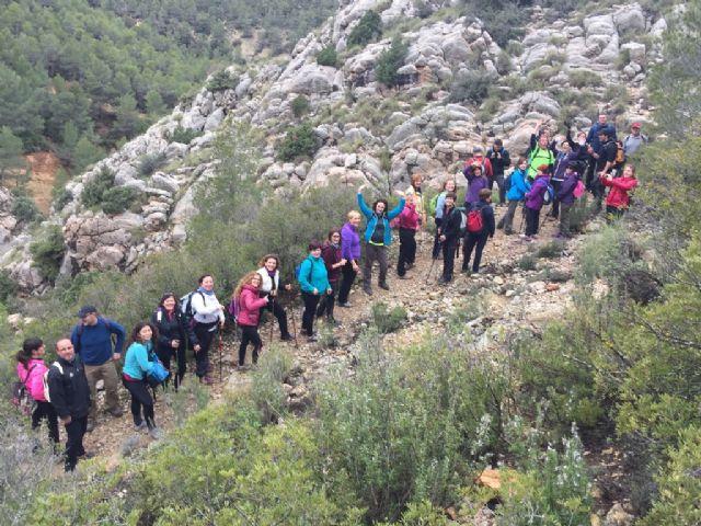 Medio centenar de personas participaron en la ruta de senderismo que fue combinada con la ruta de tapas en Cehegín