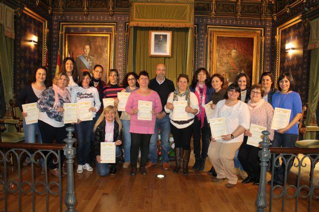 17 alumnas obtienen el diploma del curso atención a dependientes, Foto 1