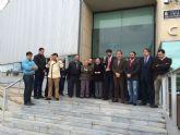 La Corporación municipal guarda un minuto de silencio en memoria de las víctimas del accidente aéreo en los Alpes franceses