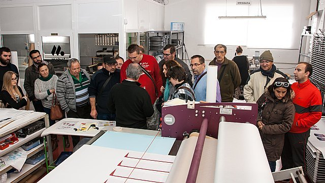 """Usuarios y monitores del Centro Ocupacional """"José Moya"""" visitan las instalaciones de MOBEL SPORT"""