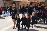 Los alumnos del colegio San Pedro Apóstol trasladan en procesión la imagen de San Juan Evangelista