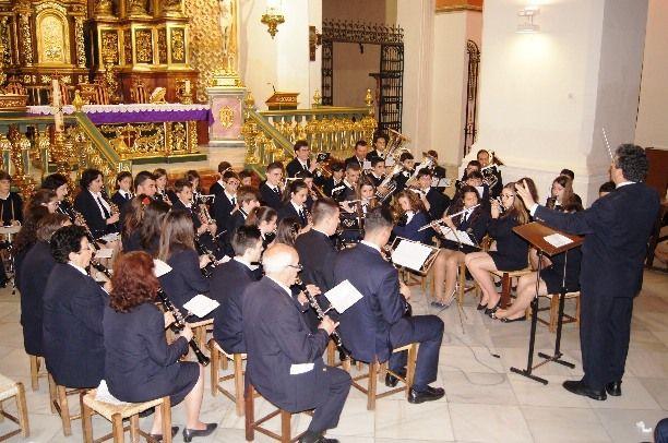 Se celebra el tradicional Concierto de Marchas Pasionarias a cargo de la Agrupación Musical en la iglesia parroquial de Santiago El Mayor - 1, Foto 1
