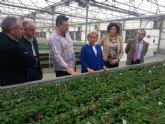 La consejera de Agricultura afirma que la investigación en nuevas variedades de flores promueve el sector regional