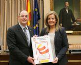 La ministra de Empleo, Fátima Báñez entrega a Pedro López el sello que reconoce el compromiso del Ayuntamiento con el plan estratégico de Emprendimiento y Empleo Joven