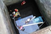Vecinos y agentes de la Policía Local de Totana rescatan a un joven de un sifón de agua existente en la zona de la Vía Nueva