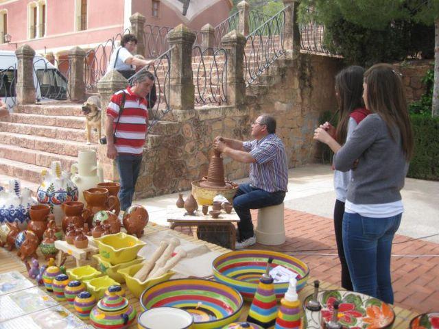 Decenas de personas visitan el mercado artesano que se celebra cada domingo en el Santuario de La Santa