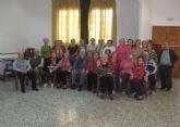 La elaboración de confituras y flores de novia reunió a cincuenta mayores