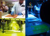 Más de medio centenar de alumnos asisten al taller de luces forenses de la Guardia Civil