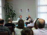 Alfonso Pacheco presentó su novela 'Teoría de Cuerdas' acompañado por Soren Peñalver en la biblioteca de San Javier