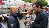 Joaquín Buendía recorre la plaza de abastos y el mercado semanal de San Pedro