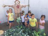 La comunidad educativa del CEIP 'La Cruz' pone en marcha el proyecto pedagógico 'Huerto Escolar Ecológico' recolectando su primera cosecha