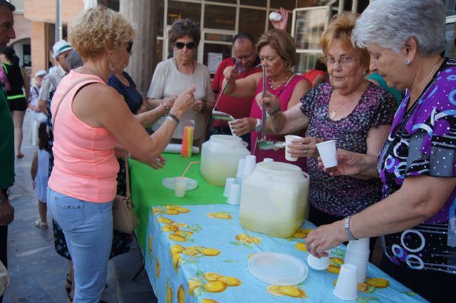 Start with the distribution of water-lemon between partners the program of activities of the Festival for the Elderly at the Centre de la Balsa Vieja, Foto 1