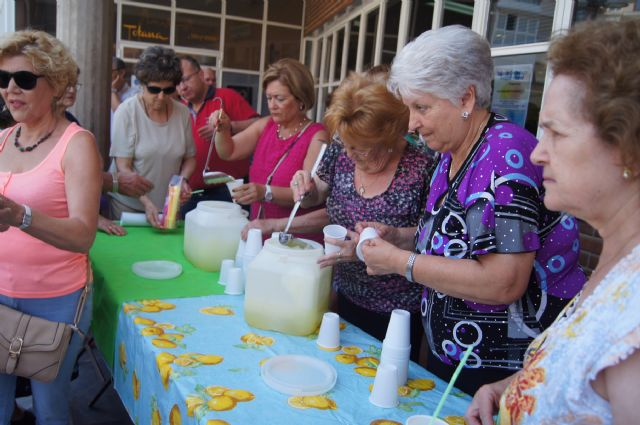 Start with the distribution of water-lemon between partners the program of activities of the Festival for the Elderly at the Centre de la Balsa Vieja, Foto 2