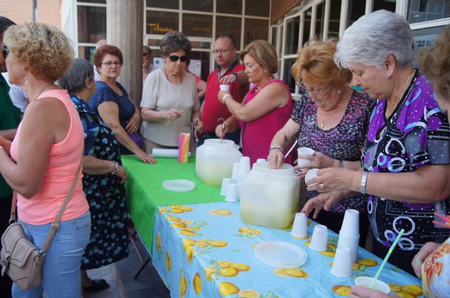 Start with the distribution of water-lemon between partners the program of activities of the Festival for the Elderly at the Centre de la Balsa Vieja, Foto 3