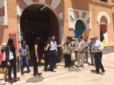 El Alcalde muestra a una delegación de arquitectos chinos el pabellón principal del Cuartel de Artillería que se transformará en museo