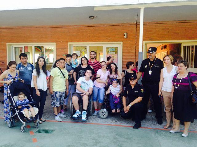Conchita Ruiz asiste a la exhibición de guías caninos de la Policía Nacional junto a miembros de AMUPHEB - 1, Foto 1