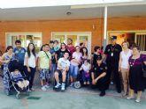 Conchita Ruiz asiste a la exhibición de guías caninos de la Policía Nacional junto a miembros de AMUPHEB