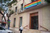 La bandera del arcoíris, emblema del colectivo LGTB, ondea por vez primera en el balcón del Ayuntamiento de Totana