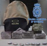 La Policía Nacional detiene a una persona por tráfico de drogas en una calle de la localidad de Alcantarilla