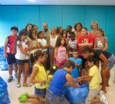 FEAPS recibe 35 bolsas repletas de tapones recogidos por los niños de las escuelas de verano de Derechos Sociales