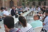 Ballesta comparte un desayuno con 30 vecinos de Murcia que han acudido a la cita para hablar con el Alcalde