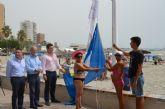 Varios bañistas participaron junto al consejero de Turismo, el alcalde y el edil de Turismo en la izada de las banderas azul y 'Q' de Calidad en Barnuevo