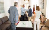 Directivos de CLH explican al alcalde las actividades que desarrollan en el municipio