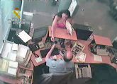 La Guardia Civil detiene a una pareja dedicada a estafar en entidades bancarias