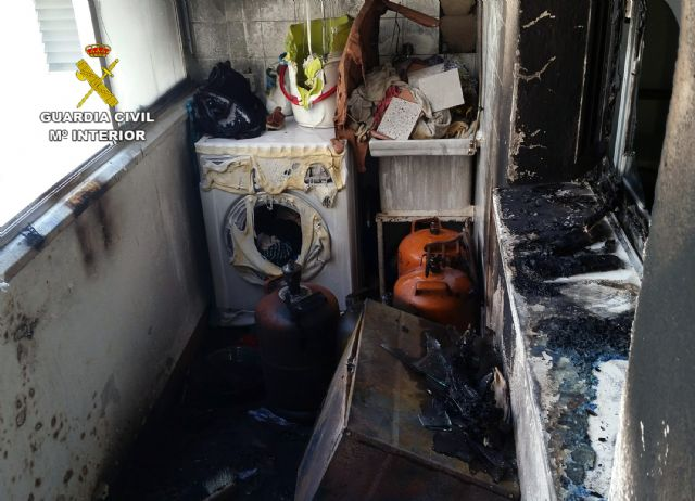 The Civil Guard evacuated the inhabitants of a house on fire and its neighbors, Foto 1