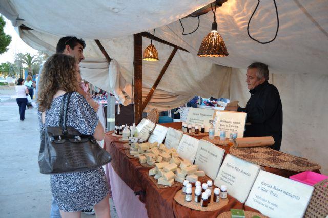 Decenas de artesanos muestran sus productos este sábado en el Mercado de la Sal - 2, Foto 2