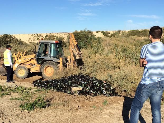 Withdrawn thousands of glass containers that had been deposited in secret in a place near the river Guadalentín