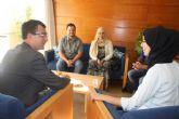 Hajar Koudad explica a Ballesta su compromiso por la integración de todos los vecinos en Los Rosales