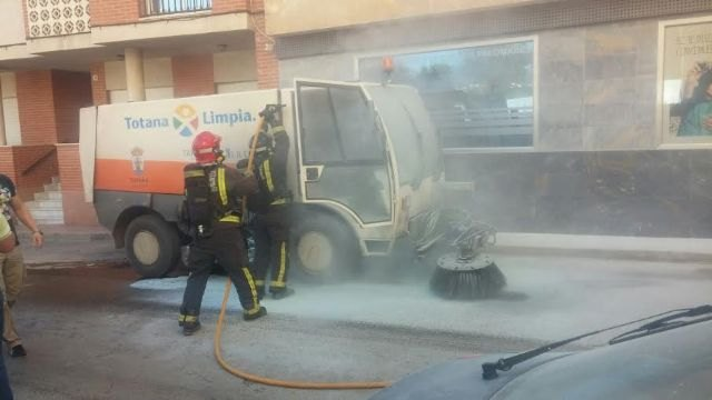 A sweeper street cleaning service was on fire by a short circuit and requires the intervention of effective emergency