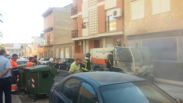 A sweeper street cleaning service was on fire by a short circuit and requires the intervention of effective emergency, Foto 2