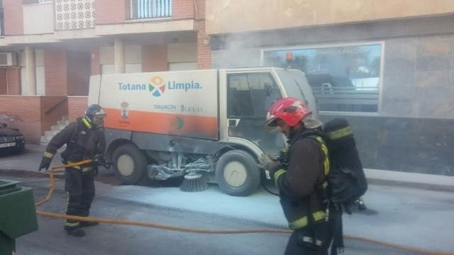 A sweeper street cleaning service was on fire by a short circuit and requires the intervention of effective emergency, Foto 3