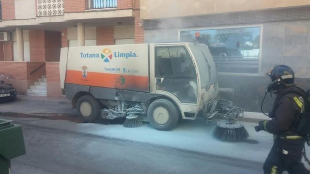 A sweeper street cleaning service was on fire by a short circuit and requires the intervention of effective emergency, Foto 4