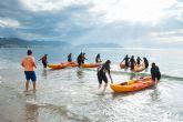 La Escuela Bahía Surf inicia a estudiantes de secundaria en la práctica de deportes acuáticos
